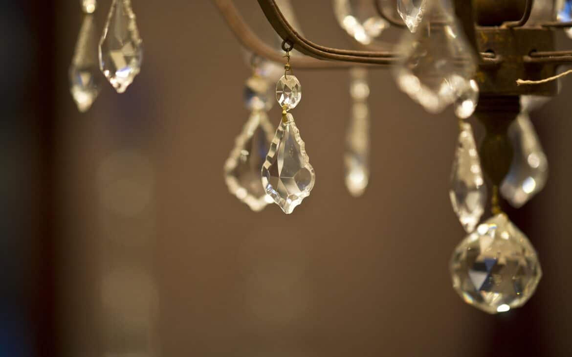 Cleaner for crystal chandeliers